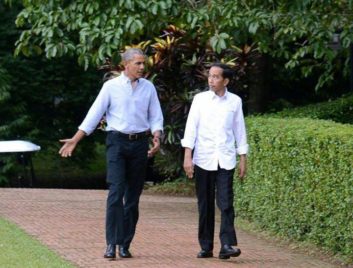 Dengan Suguhan Teh dan Bakso, Presiden Jokowi Terima Obama di Kebun Raya Bogor  Bogor - Awan mendung yang mengitari Kota Bogor, Jawa Barat, tidak mengurangi kehangatan pertemuan Presiden Joko Widodo dan Presiden Amerika Serikat ke-44 Barack Obama di Istana Kepresidenan Bogor pada Jumat sore, 30 Juni 2017.  Obama yang mengenakan kemeja lengan panjang berwarna biru muda dipadukan dengan celana panjang berwarna gelap, tiba di Istana Kepresidenan Bogor pada pukul 15.30 WIB. Kedatangan Obama…