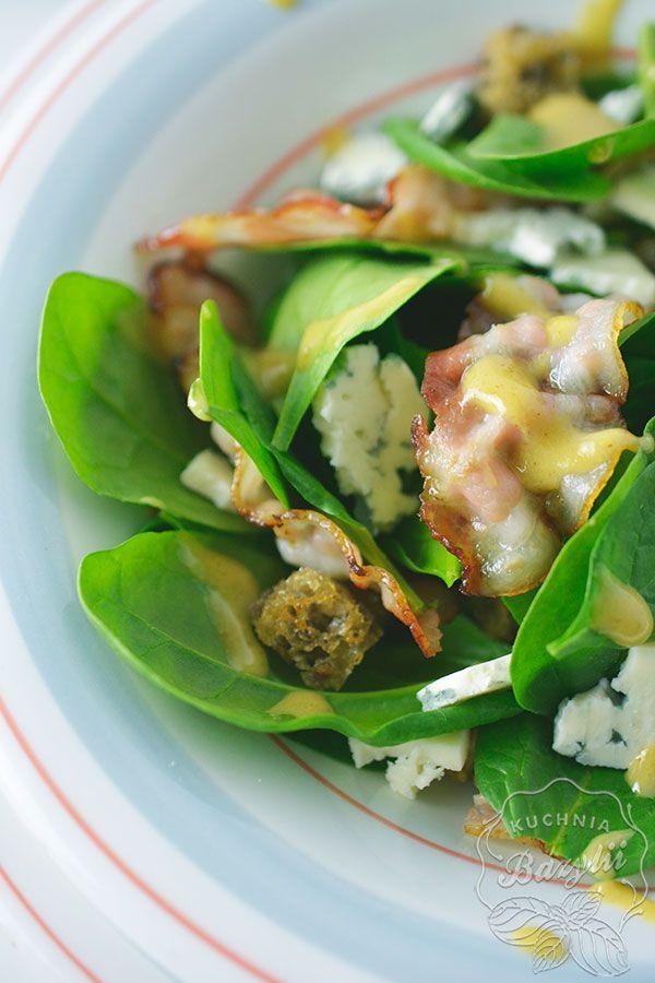 Sałatka ze szpinaku z boczkiem i serem pleśniowym to propozycja lunchu. Znajdują się w niej moje ulubione składniki, które bardzo często dodaje do sałatek,
