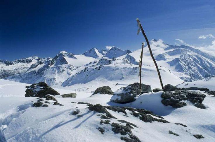 The Alps - REX. ALPERNE Det er en af verdens mest berømte skidestinationer, men alperne ligger lavere end eksempelvis Rocky Mountains, og er derfor mere udsat for klimaændringer. der forsvinder cirka 3 procent af alpernes gletscheris om året, og eksperterne mener, at gletsjerne kan være forvundet helt i 2050.