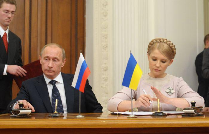 Vladimir Putin y la pro-occidental Yulia Timoshenko firmaron un acuerdo para la venta de gas ruso a Ucrania. Paradójicamente, el acuerdo fue denunciado por el teóricamente prorruso Víktor Yanúkovich.