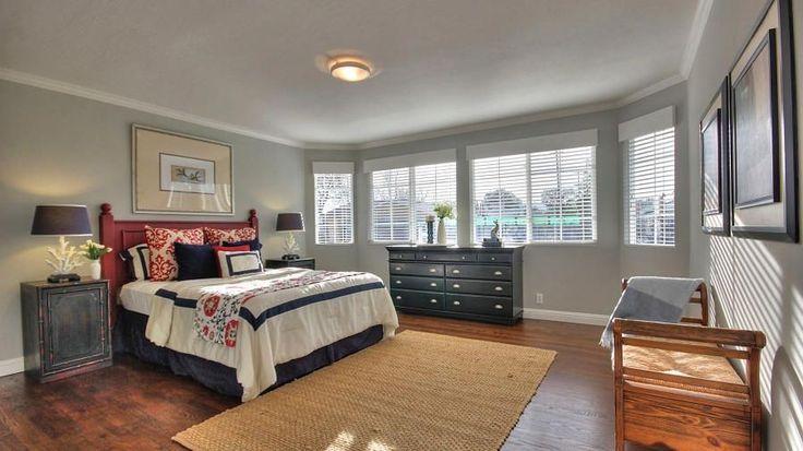 Kaum dort Zielfarbton grau an den Wänden schaffen eine wohltuende und beruhigende Wirkung in dieser Sonne gewaschen Master-Schlafzimmer.