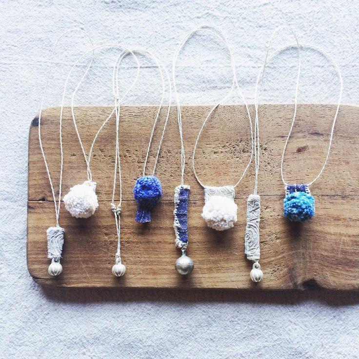 ᐝ ɪᴍᴀɢᴇs ᴏғ ɴᴏʀᴛʜ ᴛʜᴀɪʟᴀɴᴅ. ᴡʜɪᴛᴇ ᴇᴍʙʀᴏɪᴅᴇʀʏ ғᴀʙʀɪᴄ ᴏғ ʜᴍᴏɴɢ ʜɪʟʟᴛʀɪʙᴇ,ʜᴀɴᴅᴡᴏᴠᴇɴ ᴀɴᴅ  ɴᴀᴛᴜʀᴀʟ ᴅʏᴇᴅ ᴘᴏᴍᴘᴏᴍ ғʀᴏᴍ ᴋᴀʀᴇɴ ᴀɴᴅ ʟᴀᴏs. ▥ ▦ ▧ お守り袋作りと撮影が終了、これからアップ作業にはいります。 タッセルと鈴シリーズのほかに、チェンマイをイメージした大人っぽいものも数点つくりました。 めずらしくて大事にとっておいた真っ白のモン族刺繍はぎれやラオス、カレン族の手紡ぎ藍染のポンポン、古い鈴、細いヘンプの原毛で縫いました。 個人的にもかなり好きな雰囲気、白いリネンシャツにさらっとあわせたくて自分用もひとつつくりました◯ 明後日にはアップできるかな、よろしくお願いします  #モン族 #ポンポン #カレン族 #自然染 #刺繍 #旅 #チェンマイ #pompom #naturaldye #karenhilltribe #hmonghilltribe #chiangmai #travel