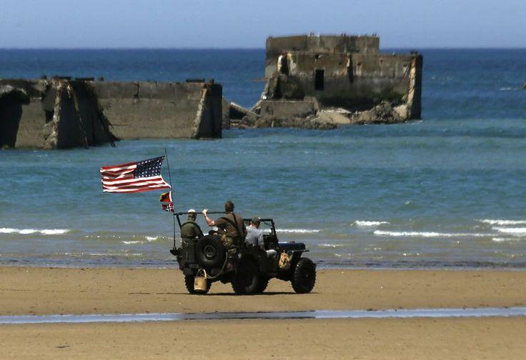 La commémoration du Débarquement en Normandie - Une Jeep de l'armée américaine parcourt, le 6 juin 2014, la plage d'Asnelles (Calvados), où les soldats britanniques sont arrivés lors du Débarquement, 70 ans plus tôt.
