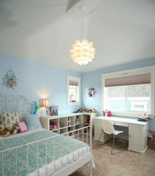 Mädchenzimmer einrichten mit Farbe-Blau-Weiß-Metallbett mit ornamentenreichen Kopfteil
