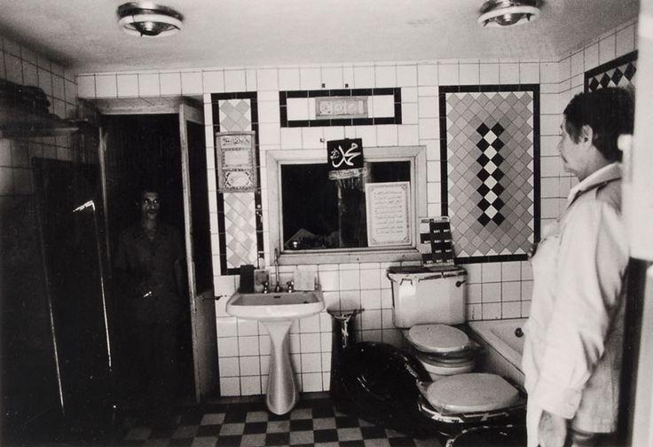 fidanzati - il mio fidanzato architetto sceglie le piastrelle del bagno. Il Cairo, 1977