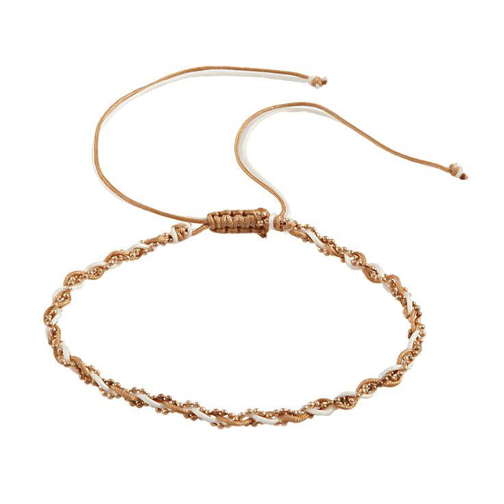 Beżowo-biała, sznurkowa bransoletka na nogę. Barwny sznurek przeplatany z metalowym łańcuszkiem ze złotych, drobniutkich kuleczek. Bardzo łatwa regulacja obwodu bransoletki za pomocą zaciskającego się węzła. Szlachetny odcień beżowego i lekko kremowy biały tworzą subtelną kompozycję ze złotymi kuleczkami na łańcuszku. Biżuteria na kostkę u nogi to największy przebój i bardzo modny dodatek w tym sezonie.Kolor: Sznurek - Beżowy i Biały. Łańcuszek - Złoty.Materiał: Kolorowy sznurek. Metal…