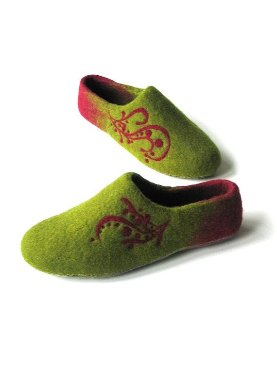 Green red house shoes-Handmade felted moss and red slippers-Felted slippers-Felted shoes-Felted footwear-Handmade women Avocado wine shoes
