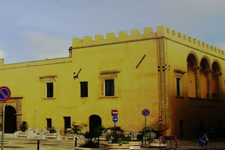 Presicce (provincia di Lecce), punto di passaggio obbligato tra Lecce e il Capo di Leuca, fu uno strategico centro difensivo all'epoca della dominazione normanna. La struttura normanna del castello è però obliterata dalla cinquecentesca facciata della residenza Paternò,