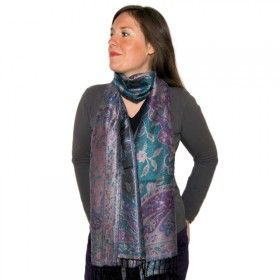 Echarpe douce et chaude aux tons noirs et violets très agréable à porter à retrouver sur http://www.merabarata.fr/les-jamavars/394-chale-jamavar-tons-noirs-bleus-violets.html