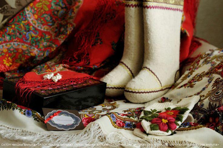 Что ассоциируется у Вас с русской свадьбой зимой? Конечно тёплые валенки и расписные платки:)