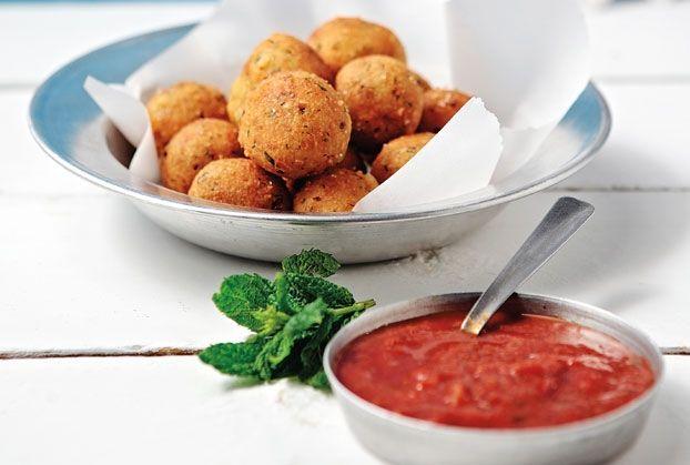 Εναλλακτικά μπορούμε να σερβίρουμε τη σάλτσα ντομάτας με σπαγγέτι και 1 κ.σ. ξινομυζήθρα. Επίσης, ταιριάζει με ψητό κρέας ή ψάρι, ενώ είναι πεντανόστιμη ακόμα και σαν ντιπ ή σαν ντρέσινγκ σε σαλάτα.
