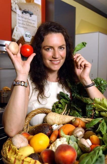 """Die Schauspielerin Christine Neubauer macht sich für Bioprodukte stark. Ihre Bio-Favoriten sind Obst und Gemüse, """"weil man den geschmacklichen Unterschied sehr stark merkt"""". Die Verwendung dieses Bildes ist für redaktionelle Zwecke honorarfrei. Abdruck bitte unter Quellenangabe: """"obs/Bundesanstalt für Landwirtschaft und Ernährung"""""""