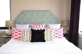 La cama  13. Mi cama está a la derecha de mi mesita.
