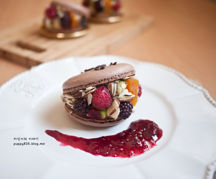 과일과 견과류를 곁들인 화려하고 멋진 초콜릿 마카롱 디저트