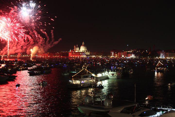 Il bacino di San Marco illuminato dai fuochi d'artificio durante la Notte del Redentore a Venezia
