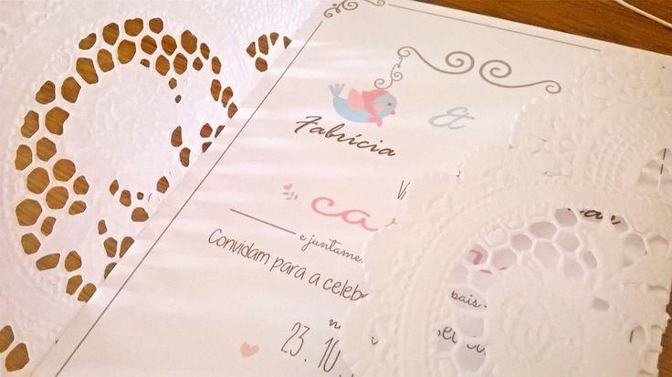 Convite de casamento confecionado em papel Opalina branco matte e renda Doily. <br>Estilo romântico, ideal para casamentos diurnos, no campo, mini weddings, pequenas recepções... <br> <br>Tamanho: 20 x 12 cm <br>Incluso Tag com nome dos convidados e Convites individuais.