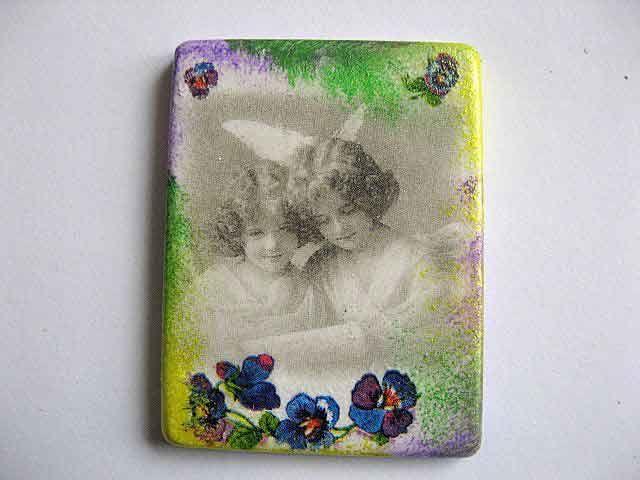 #Magnet #imagine #copii #alb #negru si #elemente #florale #colorate, magnet #ipsos #frigider. Produs din categoria #decoratiuni #casa si #gradina. #Culori: #mov, #albastru, #rosu si #alb pe margine magnetul este colorat in #culorile:  #vernil, #galben si mov http://handmade.luxdesign28.ro/produs/magnet-imagine-copii-alb-negru-si-elemente-florale-colorate-magnet-ipsos-frigider-24384/