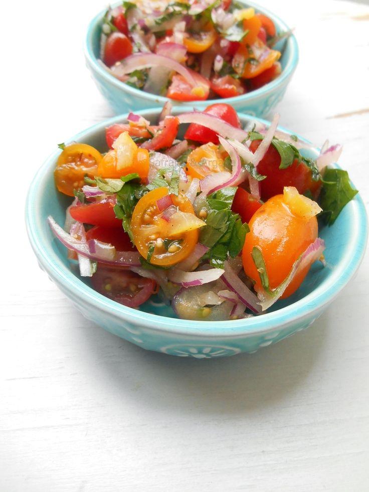 Één van de bekendste en meest gegeten salade in Marokko bestaat uit tomaten en uien. Dat was het. Fijngesneden tomaat plus fijngesneden u...