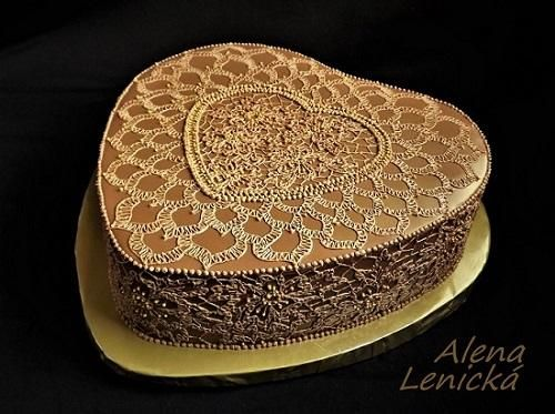 Čokoládový torta s prekrásnou čipkou. Auotkra: Alena Lenická. Tortyodmamy.sk.