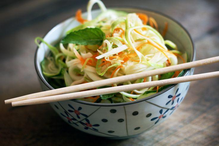 Ensalada de zucchini de pepino, zucchini y zanahoria