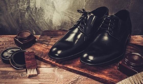Nieuwe lederen schoenen die je plots pijnlijke voeten bezorgen, terwijl ze bij het passen in de winkel als gegoten zaten. Klinkt het herkenbaar? Geen nood, je kunt dat vermijden door de schoenen soepel te maken!
