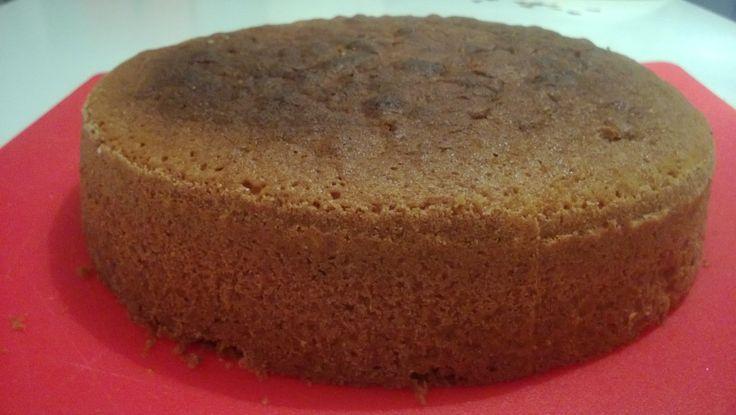 Etsiskelin hyvää ja herkullista gluteenitonta vaaleaa kakkupohjaa, joten lähdin testaamaan Mehevän suklaakakkupohjan reseptiä muuntamalla sitä sopivaksi. Kokeilu onnistui huikeasti; vaihdoin vehnäjauhot sekä kaakaojauheen gluteenittomaan seokseen, lisäsin hiukan vaniljasokeria ja laitoin puolet vähemmän maitoa taikinaan kuin alkuperäisessä ohjeessa oli. Maidon vähyys johtuen siitä, että taikina oli erittäin löysähköä niin olisi mennyt aivan litkuksi kaiken maidon kanssa. Pohjasta tuli…