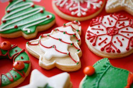Deliciosas galletas de mantequilla decoradas con betunes de colores para navidad. Tip Secreto: Para que duren tus galletas más tiempo colócalas en un molde hermético.