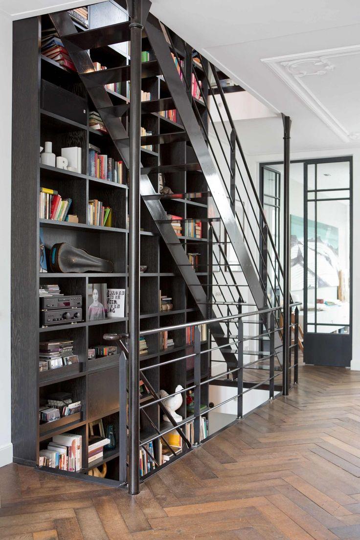 【なんでも収納し放題】フロアをまたいで家をつらぬく床から天井までの巨大造作本棚 | 住宅デザイン