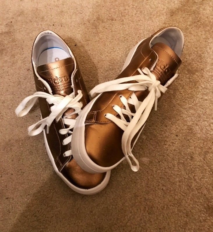 Golden Adidas sneakers. Click for more or download the Vinted app. Sustainable fashion second hand clothes.