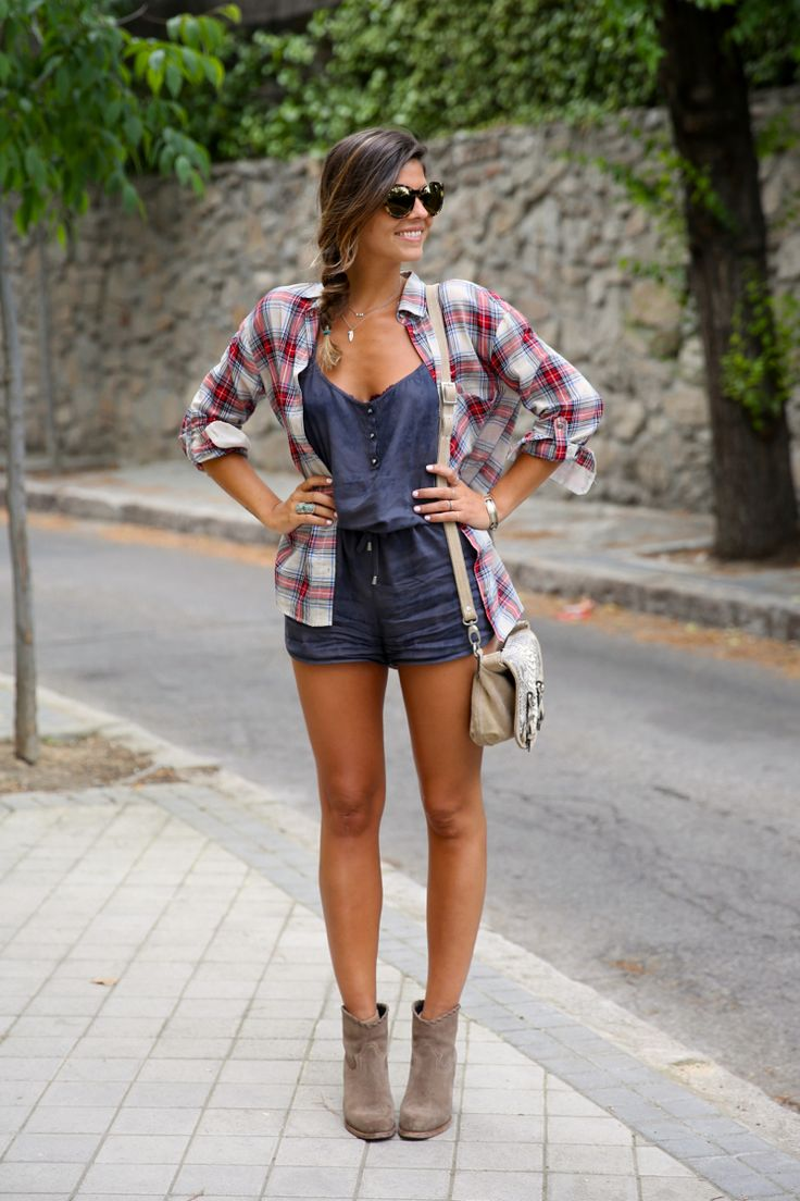 Chica usando botines con shorts y camisa de franela
