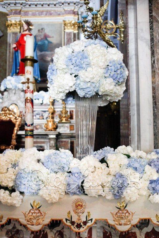 La reinterpretazione di un matrimonio marino prende vita negli addobbi floreali in chiesa ideati da Cira Lombardo Event Creator.
