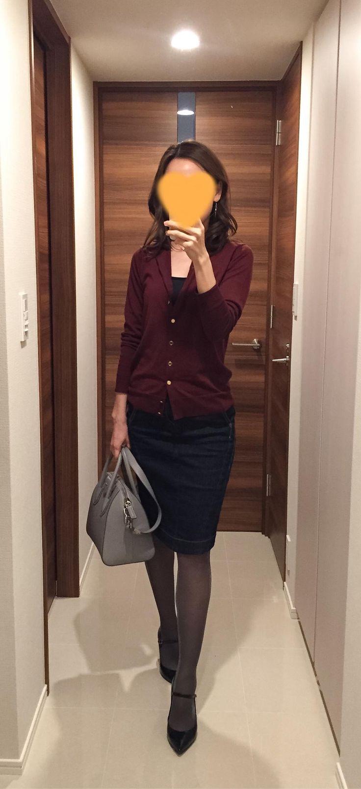 Burgundy cardigan: Deuxieme Classe, Denim skirt: BIANCA EPOCA, Grey bag: GIVENCHY, Pumps: Fabio Rusconi