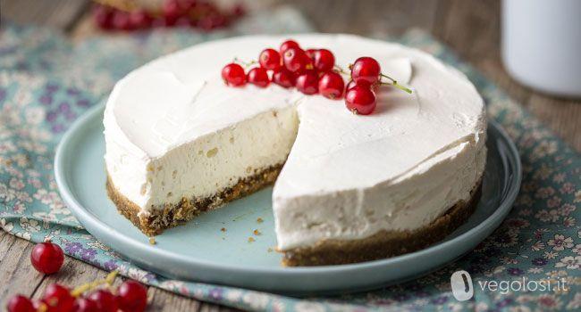 La torta allo yogurt fredda senza cottura è un classico dolce estivo: qui è realizzata senza latte, uova, burro né preparati confezionati