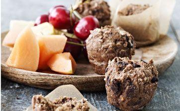 Kombinér din trang til noget sødt med det sunde. De små muffins er bagt på en færdig rugbrødsblanding tilsat skøn mørk chokolade, så de tilfredsstiller den søde tand. Spis dem med frisk frugt som mellemmåltid, eller læg dem med i børnenes madpakker. Kan bages i små eller almindelige muffinforme