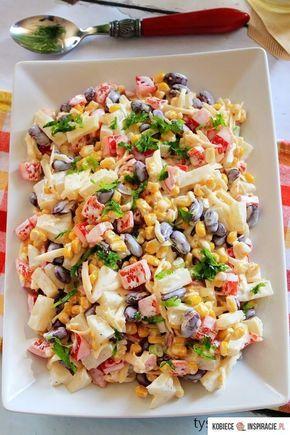 Sałatka meksykańska - 200 g sera żółtego (1 kostka) 1 duża czerwona papryka 1 puszka czerwonej fasoli 1 puszka kukurydzy 1 puszka ananasów 1 por (biała część) 4-6 łyżek majonezu sól świeżo mielony pieprz
