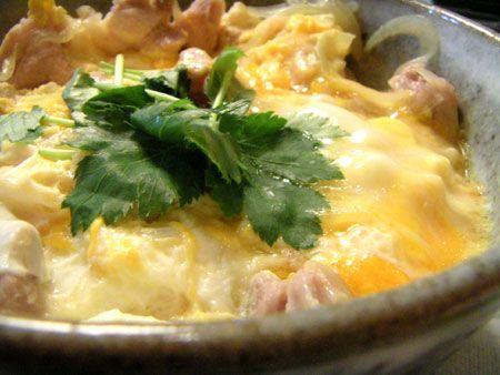 """亲子丼(おやこどん、-どんぶり(Oya Ko Donburi),汉语拼音:qin1 zi3 dan3),又称滑蛋鸡肉饭,是日本的一种米食类料理,以鸡肉、鸡蛋、洋葱等覆盖在饭上,再以碗盛装而成的丼物。""""亲子丼""""的名称是因为丼物里面同时包含鸡肉与鸡蛋而来,即是将母亲和孩子一并吃下的意思。一间叫""""玉日出""""的餐厅开始,本是贩售""""军鸡锅(军鸡就是斗鸡,其肉质耐嚼且鲜美多汁)"""",也就是将鸡肉煮熟后,再淋上蛋汁一起食用的料理,当时日本的鸡蛋价格非常昂贵,客人认为若因军鸡锅吃不完而丢弃是很浪费的事,所以就把剩下的料理和白饭拌在一起食用,没想到味道相当可口,来店的客人与日遽增,一直到第五代老板上任后,才正式将鸡肉覆盖蛋汁,再淋在饭上来销售,并命名为亲子丼(OYAKODON)。  料理东西军其中一集,也曾出现过亲子丼。  同时包含鱼与鱼卵的丼物也称为""""海鲜亲子丼"""",如""""鲑亲子丼""""。"""