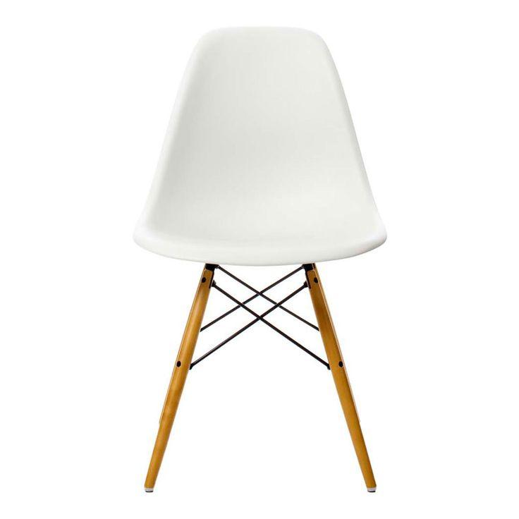 Eames Plastic Side Chair, formgiven av Ray och Charles Eames, från Vitra är en förnyad version av den legendariska Fiberglass Chair. Den ursprungliga versionen, som faktiskt var den allra första serieproducerade plaststolen, togs fram som ett bidrag i en tävling anordnad av the Museum of Modern Art. Den nuvarande versionen tillverkas av polypropylen och erbjuder än mer komfort jämfört med sin föregångare i hårdplast. Eames Plastic Side Chair, med sina enkla organiska former, betraktas idag…
