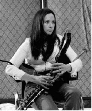 Minä muuten hommasin itselleni tuollaisen soittimen, eli irlantilaisen säkkipillin, Uilleann piper,in. Mielenkiintoinen soundi... Katsotaan nyt miten alkaa tämä soimaan... Varmaan meidän asiakkaat tykkää, kuten yleensä tykkäävät musiikista... Kuvassa Louise Mulcahy soittimensa kera.