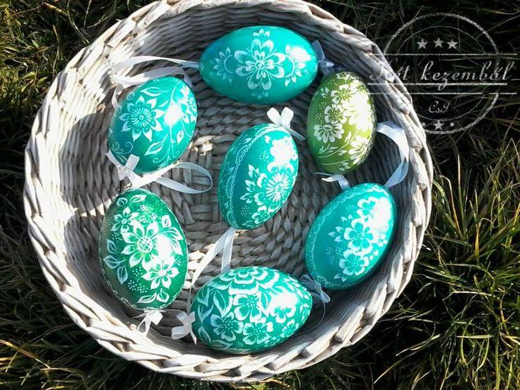 Zöld árnyalataiban készített,karcolt tojások