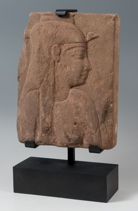 An Egyptian Sandstone Relief of the Goddess Isis - 25,50 x 19,00 cm - Catawiki