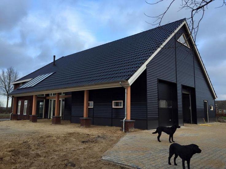 In het veenkoloniaal landschap zal een nieuwe woonboerderij worden gebouwd met een 'traditioneel' voorhuis en moderne achterbouw.