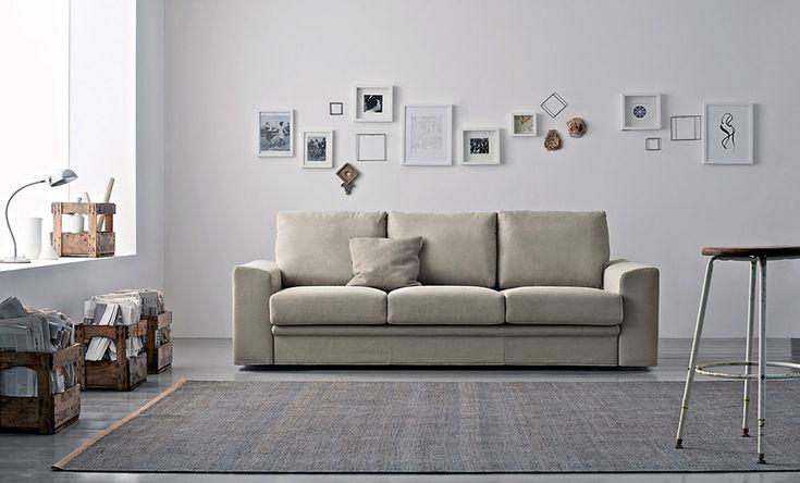 Decorare le pareti del soggiorno con foto e quadri: idee per 10 composizioni da scegliere e posizionare sulla parete dietro al divano.