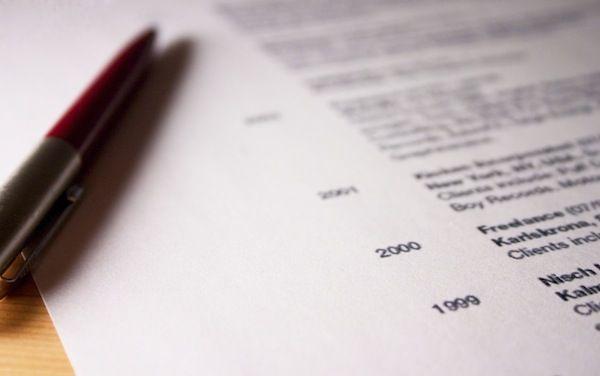 A la consultation d'un CV, il y a quelques erreurs qui se retrouvent souvent, ces erreurs peuvent jouer des tours aux demandeurs d'emploi puisque ces derniers peuvent se retrouver écarté d'un entretien d'embauche et donc du poste visé.  Voici donc les 5 erreurs les plus fréquentes constatées sur un CV et surtout comment les corriger pour que votre recherche d'emploi n'en soit que plus efficace.