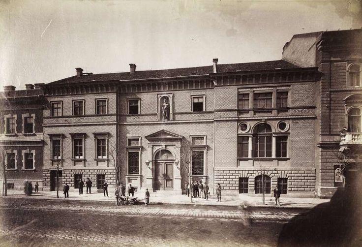 Rottenbiller utca 20-22., a Katolikus Legényegylet épülete (lebontották). A felvétel 1890 után készült. A kép forrását kérjük így adja meg: Fortepan / Budapest  Főváros Levéltára. Levéltári jelzet: HU.BFL.XV.19.d.1.07.050