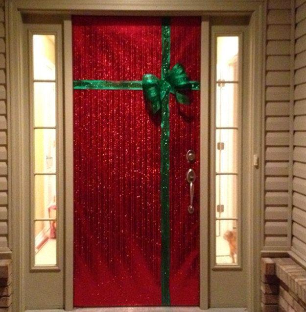 puerta decorada de regalo de navidad