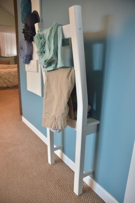 Garderobenstuhl, Herrendiener aus Stuhl bauen, Halber Stuhl an Wand als Garderobe DIY Idee für Schlafzimmer und Flur. http://interior-decorating.hana.lemoncoin.org/pages/875418-love-this-idea.html
