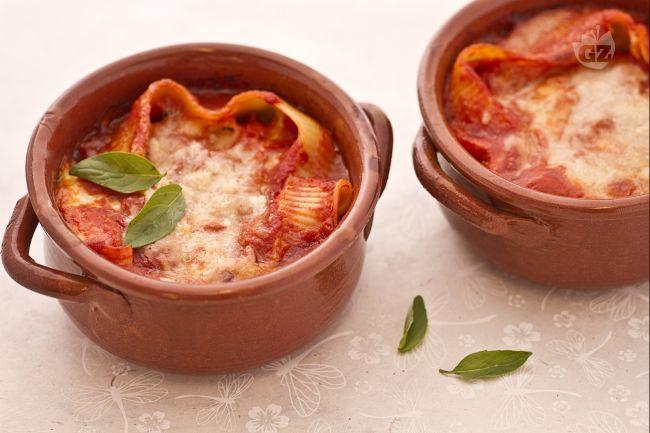 Le caccavelle alla sorrentina sono un saporitissimo primo piatto,tipico della Campania, che viene preparato con un tipo di pasta a forma di conchiglione