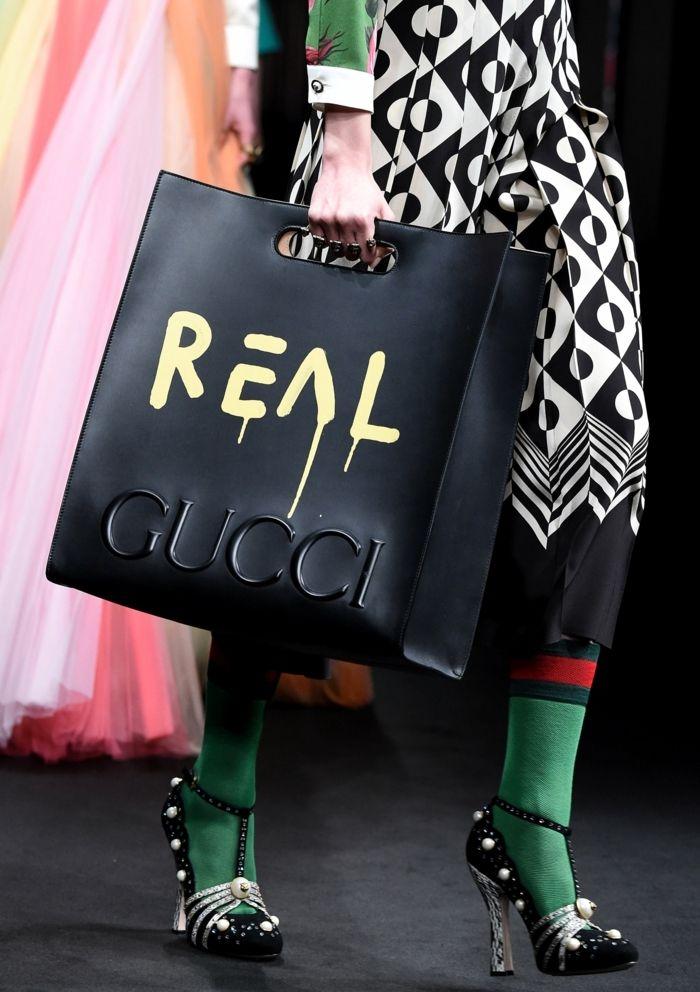 abbigliamento-casual-chic-borsa-nera-pelle-marca-gucci-tacchi-stravaganti-vestiti-colorati