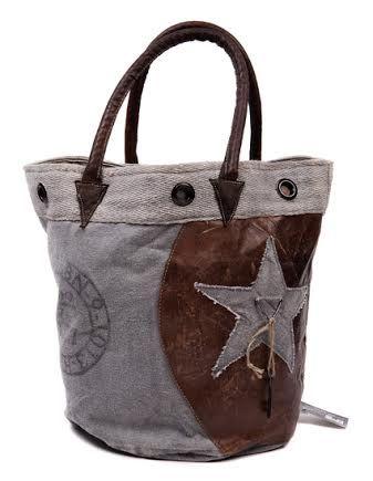 Stoere Vintage Tas. Gemaakt van gerecyclede materialen. € 39,95. http://www.woonkussenexpert.com/tassen/tas-vintage-ster.html#.U8BG2fl_tL8