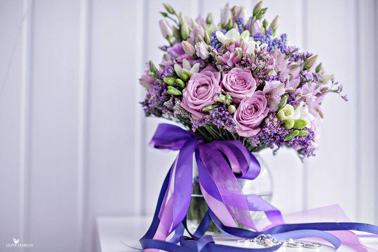 Сиреневый весенний букет из роз, альстромерии и эустомы с синими мускари
